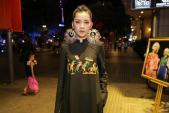 Chi Pu đeo trang sức cồng kềnh đi xem thời trang