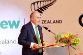 Bộ trưởng Bộ Giáo dục New Zealand tự tay trang trí món ăn
