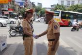 Cảnh sát giao thông trong nắng nóng 40 độ C