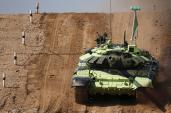 Bá đạo lính Ấn Độ thắp hướng khấn vái xe tăng T-72