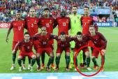 Cris Ronaldo lại giở trò kiễng chân 'ăn gian' chiều cao