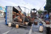 Xe tải chở ong lật, ong đốt nhiều người đi đường