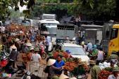 Xe vải thiều ngập chợ ven quốc lộ, ùn tắc kéo dài