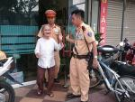 Bà cụ hơn 80 tuổi đi lạc được CSGT giúp đỡ