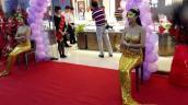 Người mẫu tiên cá diện bikini vàng ròng hút khách dịp khai trương