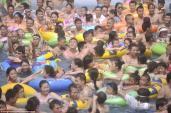 Hàng nghìn người chen chúc trong bể bơi ở Trung Quốc