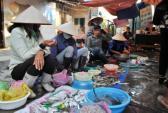 Cảnh giác với chiêu tráo hàng khi mua hải sản ở chợ Cái Dăm - Hạ Long