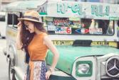 Khánh Hiền tinh nghịch trên đường phố Philippines