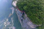 Lối đi đáy kính cao 1.400 m khiến du khách xanh mặt