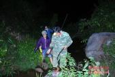 Xem dân vùng cao rủ nhau lội suối bắt khé lúc nửa đêm