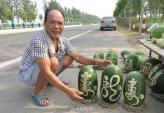 Sốt dưa hấu khắc thư pháp độc đáo bán trên phố Trung Quốc