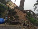 Phượt thủ cảnh báo nguy hiểm do đất đá sạt lở