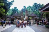 Tắm nước thánh ở đền thiêng trên đảo Bali