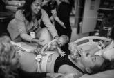 Bé mới sinh bò trên ngực mẹ để tìm ti gây xúc động