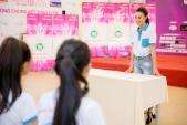 Ninh Dương Lan Ngọc hướng dẫn vũ đạo cho thí sinh HHVN