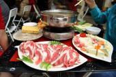 Sốc nhà hàng phục vụ thịt trên người búp bê