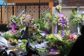 Vòng hoa viếng Minh Thuận đổ rạp sau mưa lớn