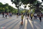 Đi xe điện tự hành, chơi ô ăn quan trên phố đi bộ