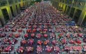 Choáng đại tiệc tân gia khổng lồ trải dài cả khu phố