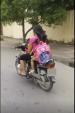 Dân mạng sốc với clip mẹ vừa cho con bú vừa... chạy xe máy