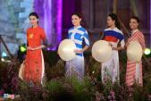 Người đẹp HHVN trình diễn áo dài lấy cảm hứng từ quốc kỳ