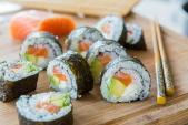 Cách tự cuốn sushi cá hồi ngon mê ly tại nhà