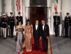 Phong cách ăn mặc táo bạo của bà Obama khi dự tiệc cùng chồng