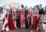 Người mẫu gốc Việt diện váy 25 kg catwalk trên boong tàu