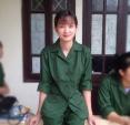 Cô gái tập quân sự bỗng dưng nổi tiếng mạng vì quá xinh đẹp