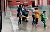 Phẫn nộ cô giáo bắt học sinh đứng giữa mưa rét, dùng chân đạp vào người