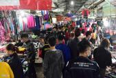 Dân Hà Nội chen chân mua quần áo mùa đông trong đêm lạnh
