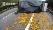Tài xế khóc nức nở vì xe bị lật mà người dân vẫn lao vào hôi của