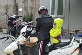 Mẹ cần lưu ý gì khi chở bé bằng xe máy trong mùa đông?