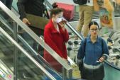 Ngọc Trinh bịt kín mặt trở về Việt Nam sau chuyến sang Mỹ thăm Tỷ phú Hoàng Kiều