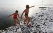 Người Siberia tắm nước lạnh cóng giữa trời âm độ