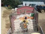 Xót xa cha địu con vác 10 tấn xi măng tại công trường ở Lạng Sơn