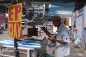 Chiếc bàn ủi con gà hơn 50 năm ngay ngã 4 Sài Gòn của cụ ông 75 tuổi