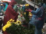 Người Hà Nội đội mưa rét sắm lễ cúng rằm cuối cùng năm 2016