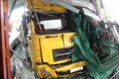 Container đâm sập nhà dân khiến 3 người trong 1 gia đình đang ngủ đều bị thương vong