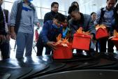Hành khách bất ngờ khi nhận được quà Tết tại sân bay