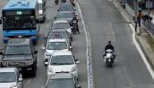 Bất chấp dải phân cách, ô tô, xe máy vẫn lấn làn buýt nhanh