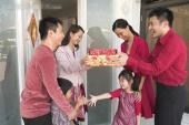 Gia đình Việt nháo nhác tìm người hợp tuổi xông đất đầu năm