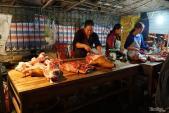 Người đi chợ Viềng nườm nượp mua thịt bê, đầu bê thui về lấy may