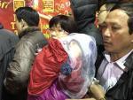 Bế con nhỏ xếp hàng từ 5h sáng, ôm 350 triệu vượt 100 km lên Hà Nội xếp hàng mua vàng ngày vía Thần Tài