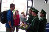 Đón hai khách quốc tế đầu tiên nhập cảnh bằng thị thực điện tử tại Lao Bảo