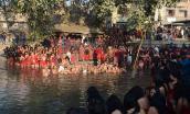 Ngâm mình dưới sông, cầu nguyện trong lễ hội ở Nepal