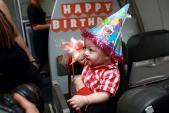 Bé trai chào đời ở độ cao 10.000 m đón sinh nhật trên không