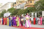 Hoa hậu Mỹ Linh nổi bật với áo dài tím và nón lá trên phố Nguyễn Huệ