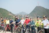 Đại sứ Osius đạp xe trên đỉnh Mã Pí Lèng