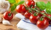 Điều kỳ tích khi lấy 3 quả cà chua chín chà lên mặt mỗi tuần